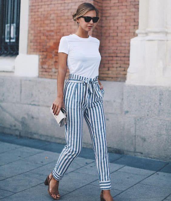 Produção com blusa branca e calça de listras 40