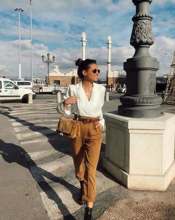Produção com blusa branca e calça marrom 50