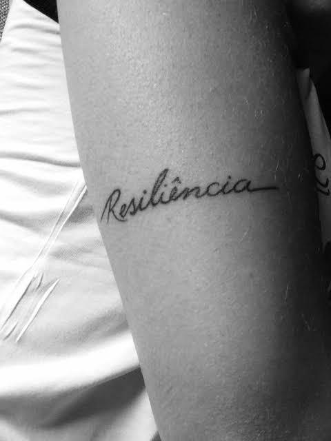ideia de tatuagem resiliência no braço