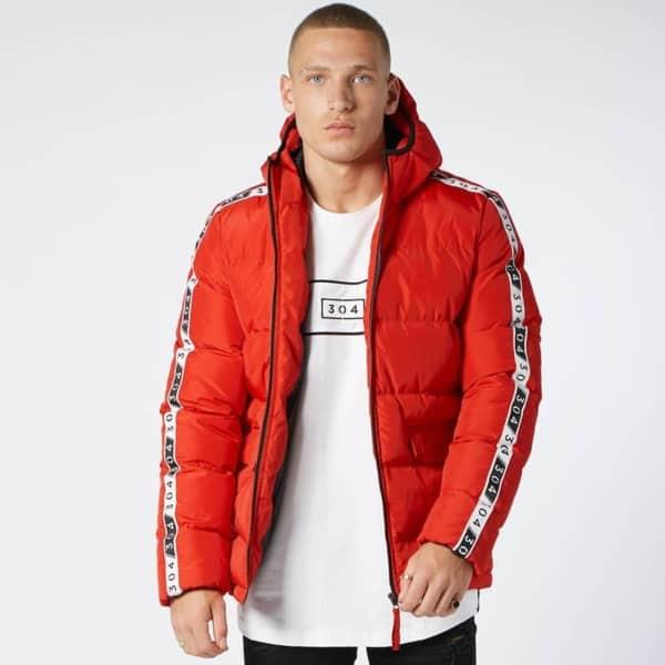 jaqueta puffer masculina vermelha com camiseta branca