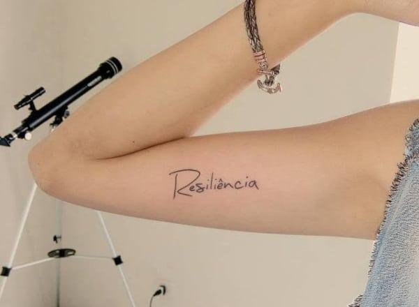 linda tatuagem resiliência no braço