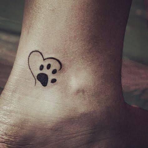 pequena tatuagem de patinha com coração