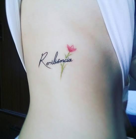 pequena tatuagem resiliência na costela