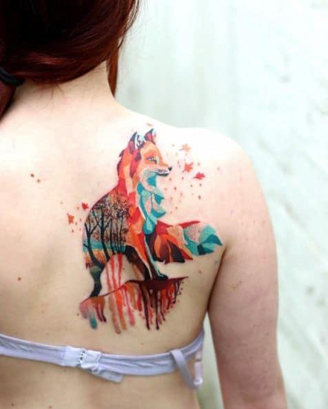 raposa colorida nas costas