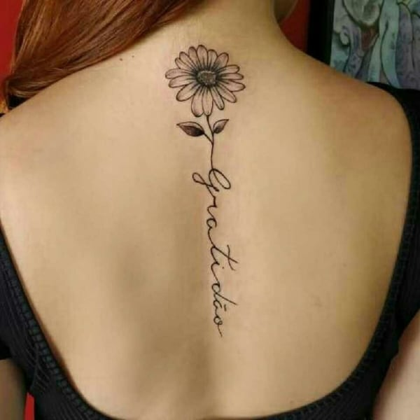 tatoo gratidão nas costas