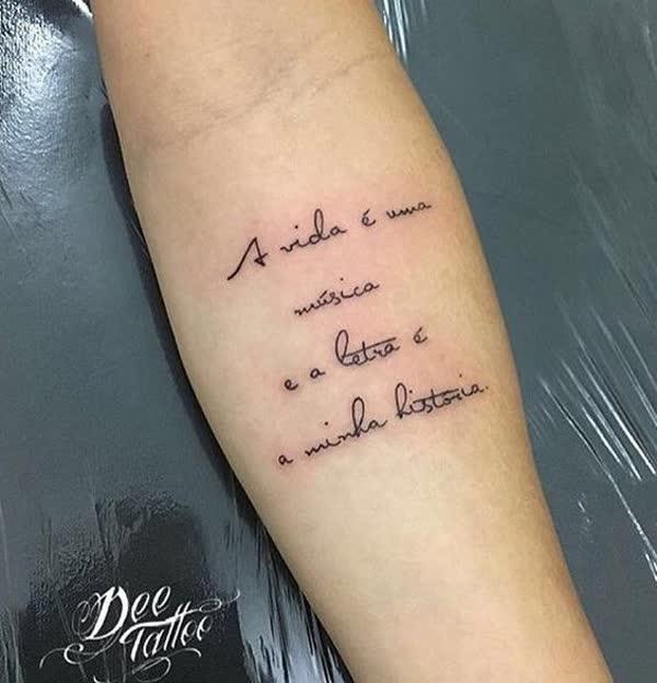 tatuagem de frases lindas no braço feminina