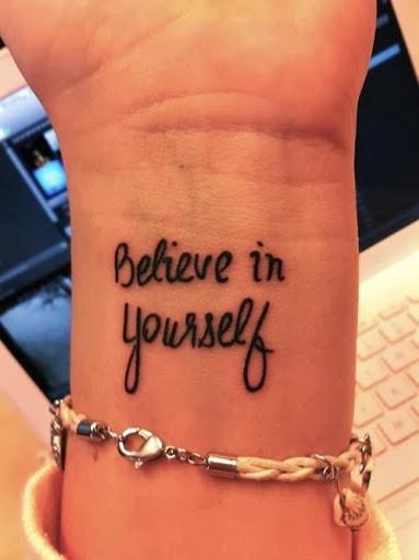 tatuagem de frases no braço feminina acredite