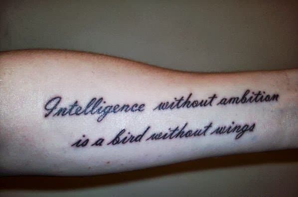 tatuagem de frases no braço feminina grande