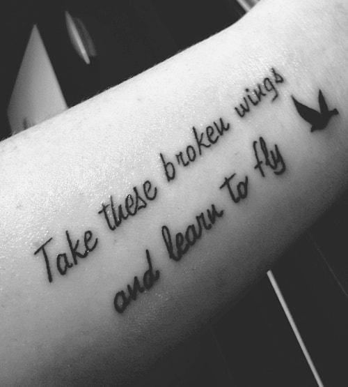 tatuagem de frases no braço feminina ingles