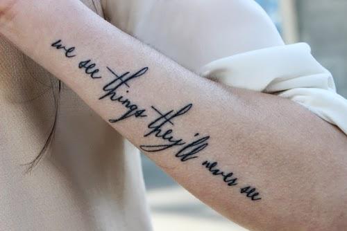 tatuagem de frases no braço feminina oasis