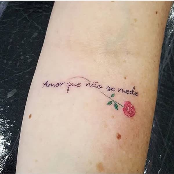tatuagem de frases no braço feminina pequena e delicada