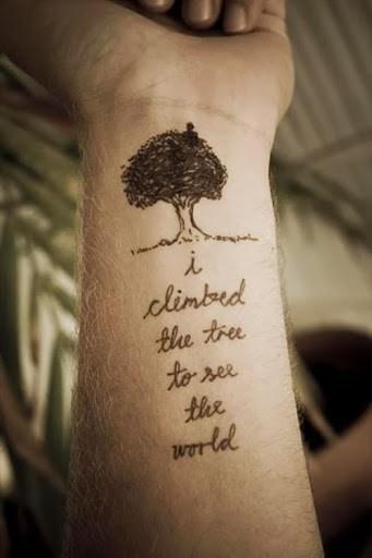 tatuagem de frases no braço masculina arvore