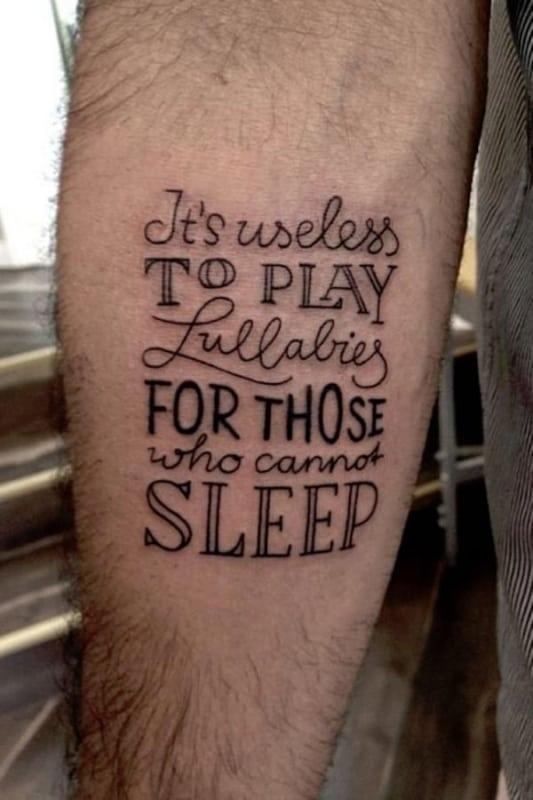 tatuagem de frases no braço masculina customizada