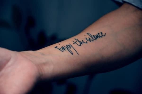 tatuagem de frases no braço masculina depeche