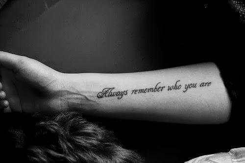tatuagem de frases no braço masculina grande