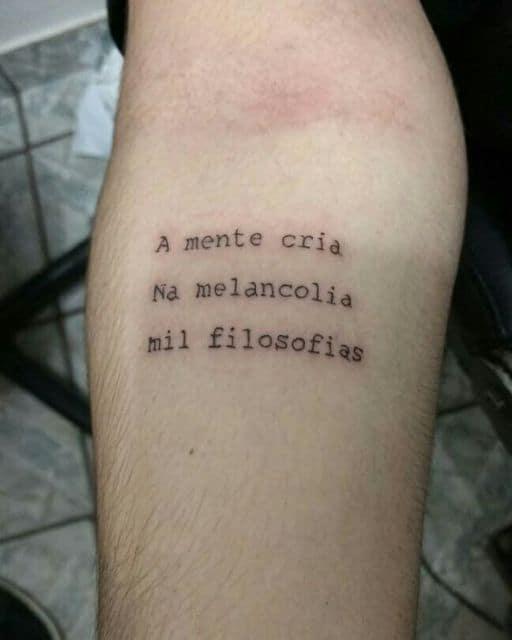 tatuagem de frases no braço masculina reflexiva