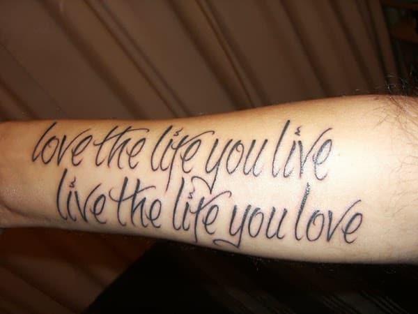 tatuagem de frases no braço masculina vida