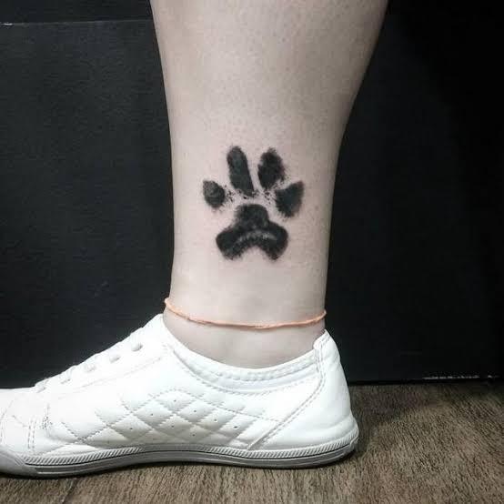 tatuagem de pata de cachorro na perna bonita