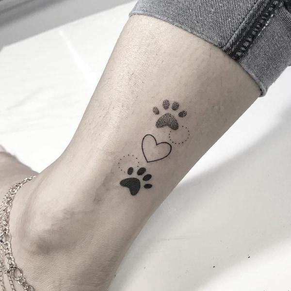 tatuagem de pata de cachorro pequena e delicada