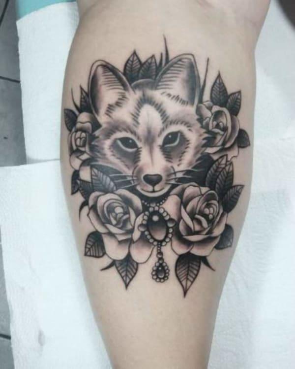 tatuagem de raposa feminina com flor
