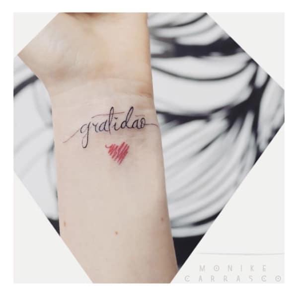 tatuagem gratidão com coração pequena