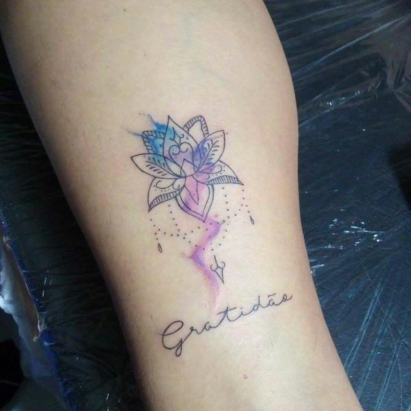 tatuagem gratidão com flor