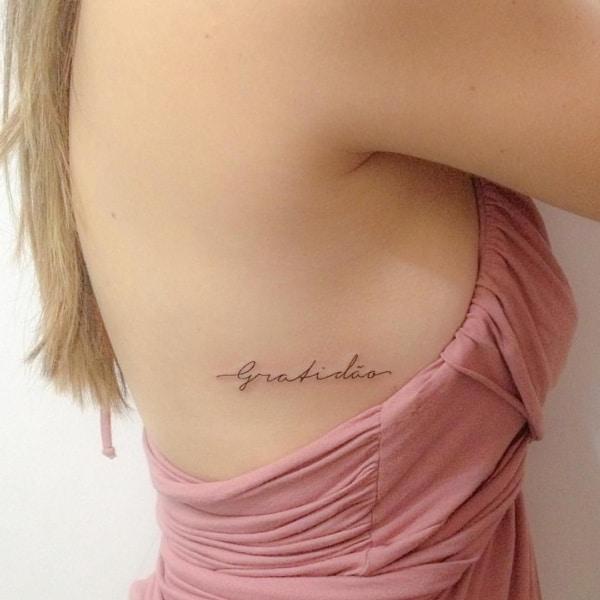tatuagem gratidão na costela