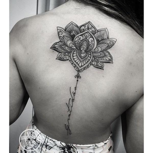 tatuagem gratidão nas costas feminina