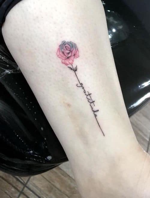 tatuagem gratidão no braço pequena