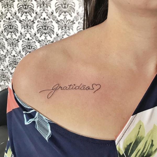 tatuagem gratidão no ombro linda