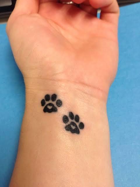 tatuagem pata de cachorro no pulso