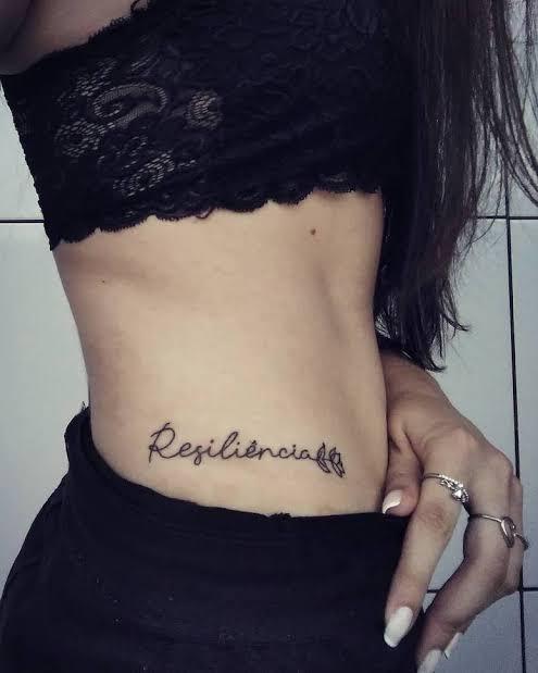 tatuagem resiliência na costela linda