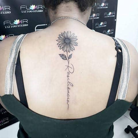 tatuagem resiliência nas costas com girassol