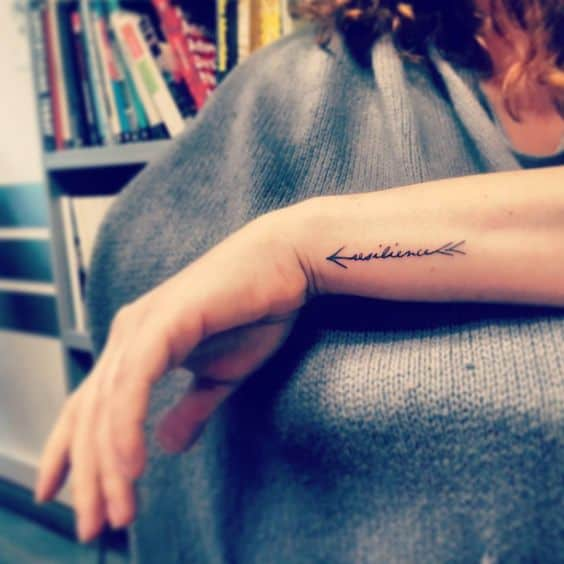 tatuagem resiliência no braço pequena
