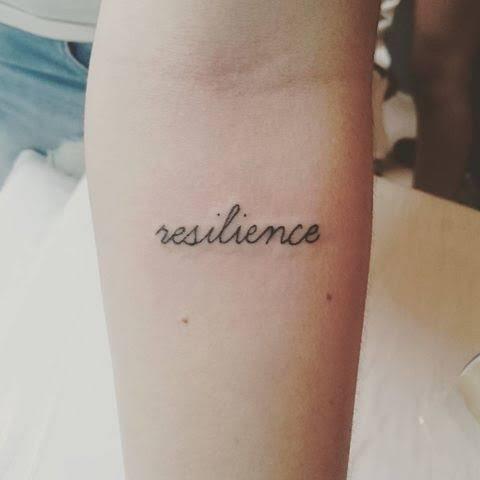 tatuagem resiliência no braço simples