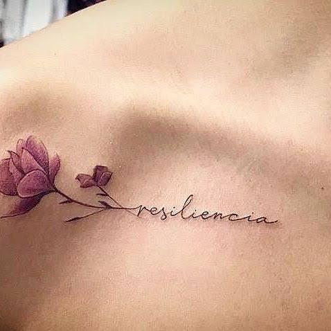 tatuagem resiliência no ombro com rosa