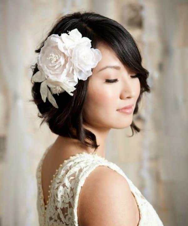 penteado de noiva com flor para cabelo curto
