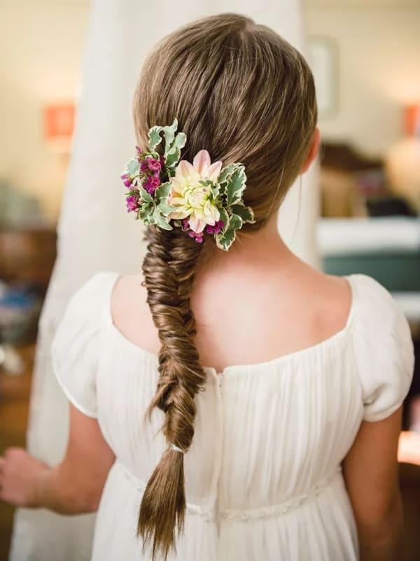 penteado simples e com flores para daminha de honra