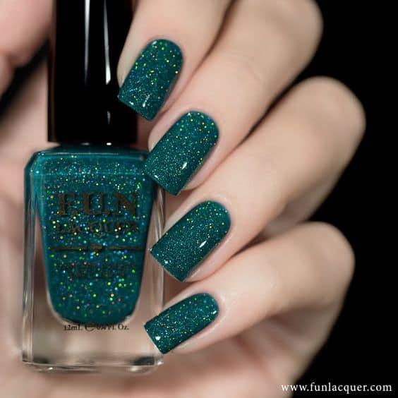 unhas com esmalte de glitter verde