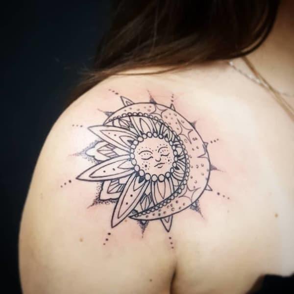 tatuagem branca e preta no omrbo