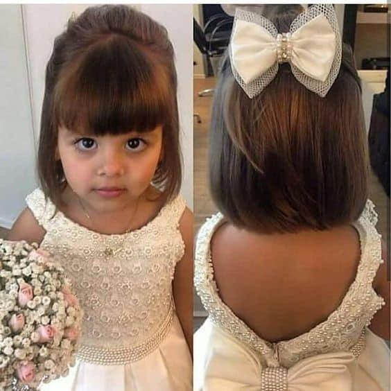 daminha com cabelo liso e franja curta