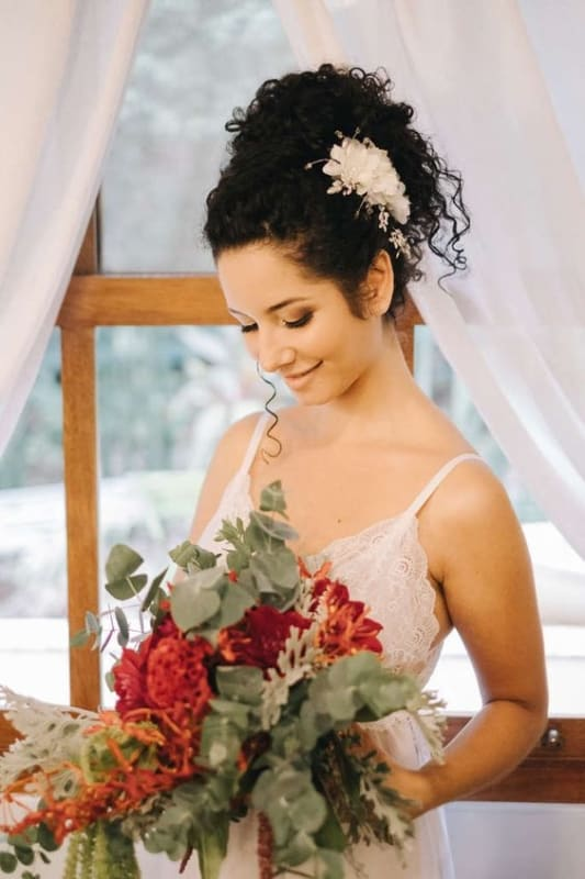 penteado preso para noiva de cabelo cacheado