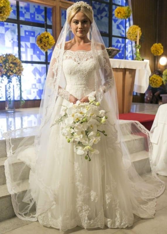 vestido de noiva ombro a ombro com véu