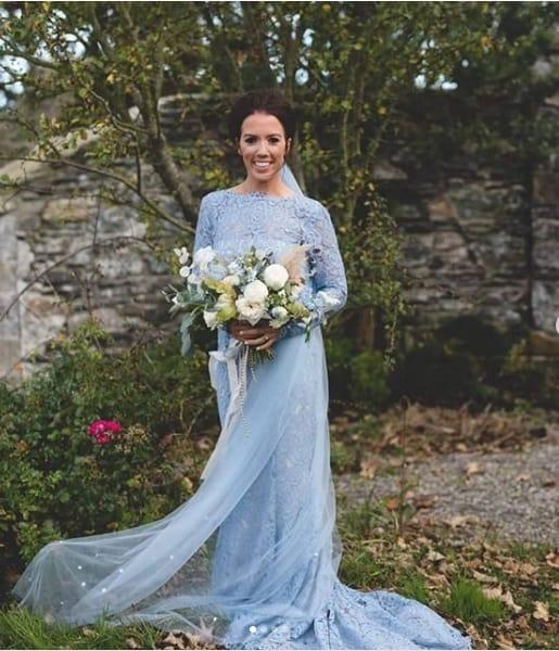 noiva com vestido de renda azul