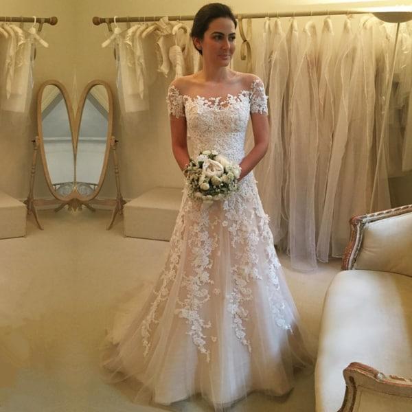 vestido de noiva em renda e com mangas curtas