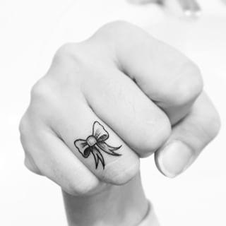 tatuagem pequena no dedo
