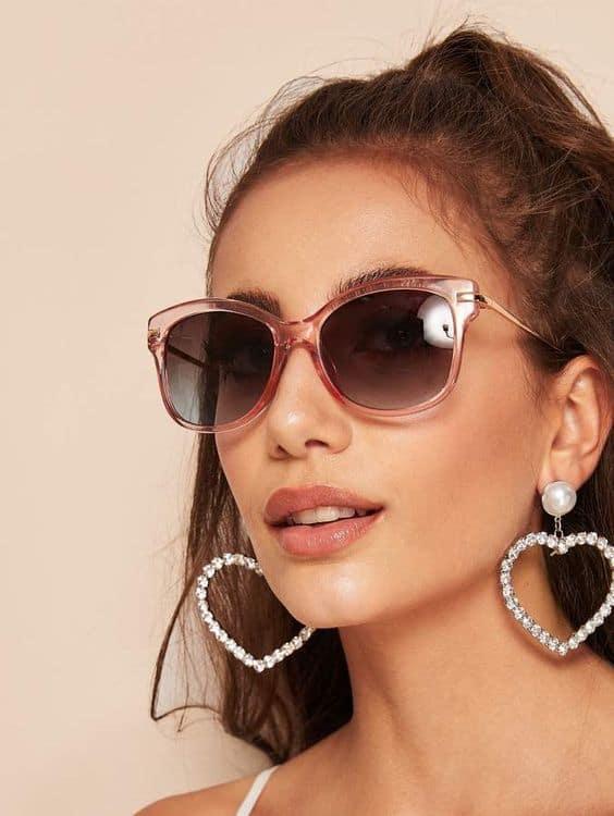 óculos de sol rosa com lente escura