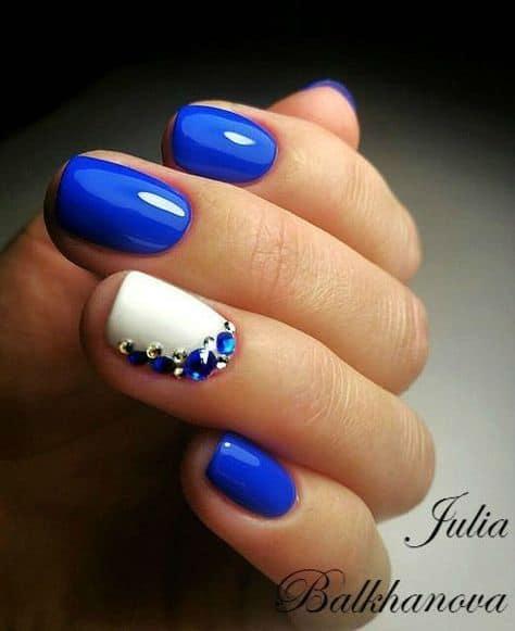 unha azul com pedras