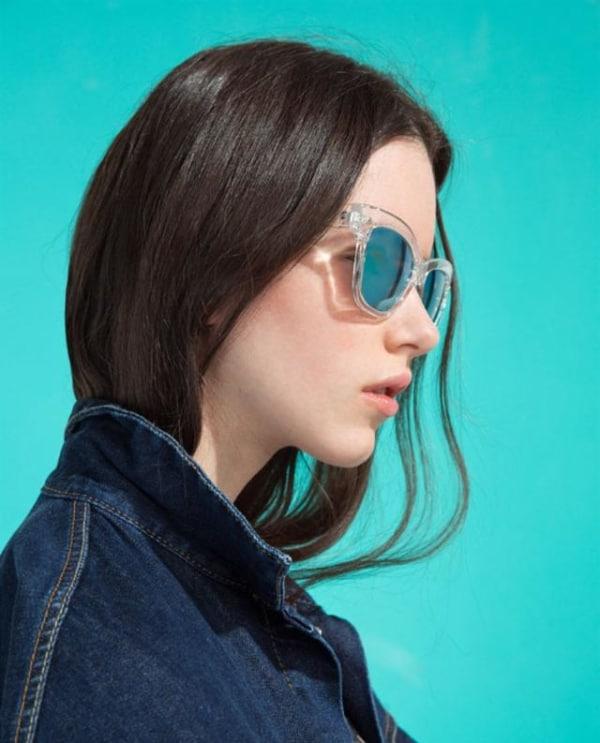 óculos de sol com armação transparente e lente espelhada