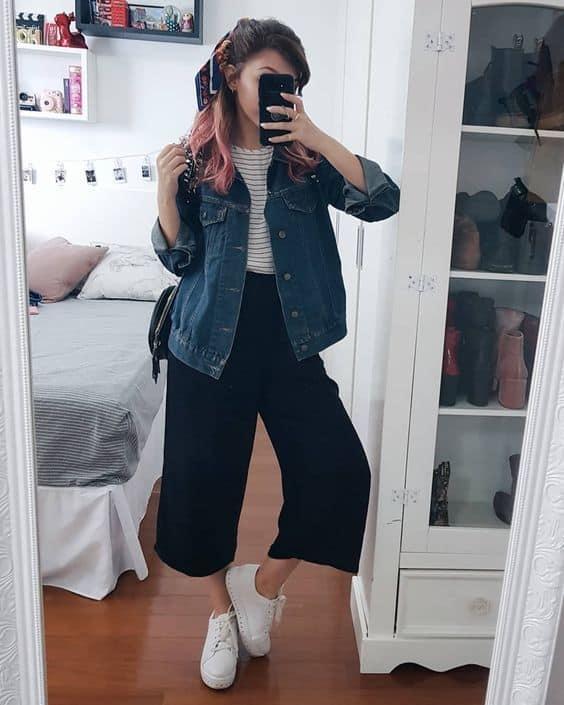 look pantalona curta com tênis e jaqueta